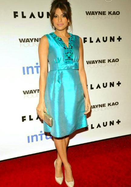 Une robe de soirée de star bleue très chic sur le tapis rouge pour Eva Mendes