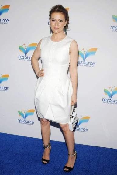 Alyssa Milano porte une robe de soirée blanche au lancement du Natural Spring Water