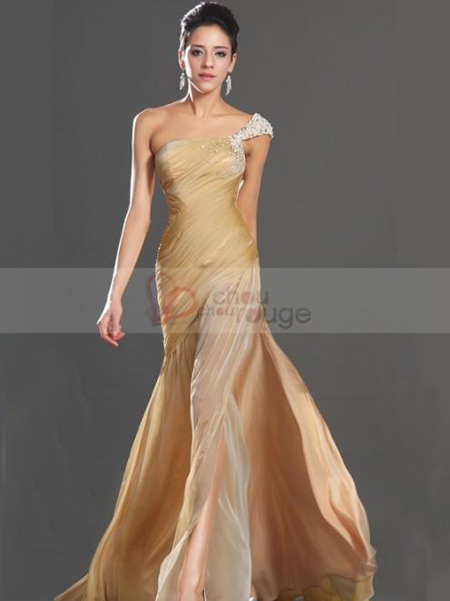 robe-de-soiree-longue-fendue-une-epaule-recouverte-d-une-composition-de-perles-chouchourouge